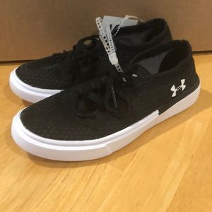 NWT Under Armour black low top tennis shoes